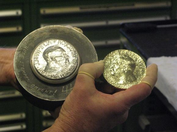 Naukowcy, kolekcjonerzy i złodzieje - w pogoni za Noblem Hobby, LIFESTYLE - Prestiż, sława i pieniądze ? to wszystko dzięki nagrodzie, która od ponad 100 lat pozwala wyłonić największe umysły współczesnego świata. Historia Nagrody Nobla wnosi również wiele nurtujących wątków do dziejów światowej numizmatyki.