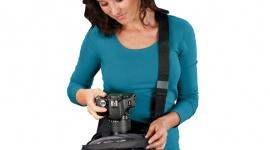 Czy wiesz jak chronić swoją lustrzankę? Hobby, LIFESTYLE - Lato to okres wakacyjnych wyjazdów, zwiedzania i podróżowania. Najbardziej eksploatowanym wówczas urządzeniem jest lustrzanka. Sprzęt ten z reguły nie należy do najtańszych ? warto więc zaopatrzyć się w etui bądź plecak, w którym bezpiecznie można schować aparat.