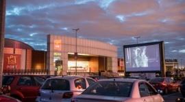 ?Control? Antona Corbijna w kinie samochodowym Portu Łódź Film, LIFESTYLE - W najbliższy czwartek o godzinie 21:00 na dużym ekranie zlokalizowanym na parkingu łódzkiego centrum odbędzie się kolejny seans w ramach tegorocznej Polówki. Tym razem obejrzymy film opowiadający historię legendy rocka, Iana Curtisa.