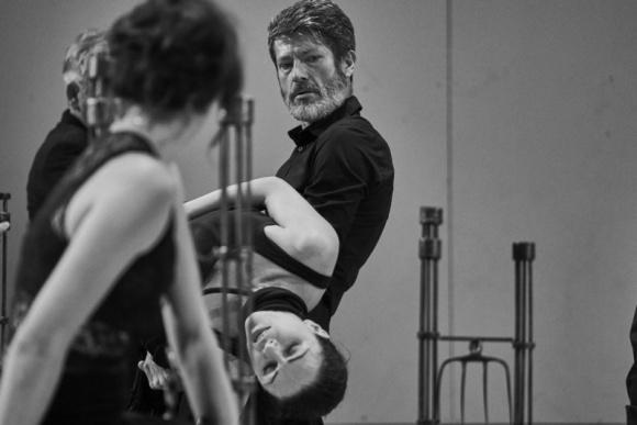 Komentarz do Hamleta na 14 głosów Teatr, LIFESTYLE - Studium szaleństwa rozgrywającego się w każdym z nas ukazane poprzez polifoniczny śpiew. Teatr Pieśń Kozła w najnowszym spektaklu interpretuje jeden z najbardziej znanych dramatów Szekspira. Premiera ?Hamlet ? komentarz? już 2 i 3 lipca.