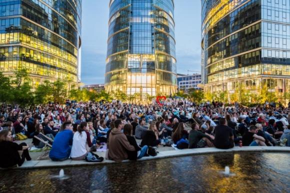 Sierpień z Kinem Letnim na placu Europejskim! Film, LIFESTYLE - Przed nami kolejny miesiąc filmowych seansów Kina Letniego na placu Europejskim. Przez cały sierpień w każdy czwartek o godz. 21:30 pod Warsaw Spire wyświetlane będą najlepsze europejskie produkcje.