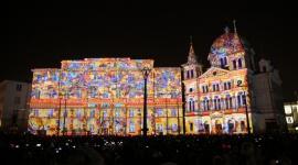 Największy festiwal światła w Polsce już w ten weekend Sztuka, LIFESTYLE - Light . Move. Festiwal. zamienia centrum Łodzi w magiczną krainę iskrzącą milionami barw. Każdej jesieni festiwal światła podświetla zabytkowe kamienice kolorowymi iluminacjami, wyświetlane są mappingi 2D/3D, wielkoformatowe projekcje oraz instalacje świetlne.