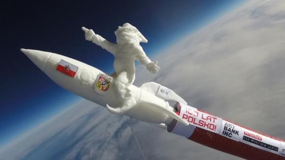 Wrocław to za mało - wrocławski krasnal podbił kosmos i planuje kolejną wyprawę Hobby, LIFESTYLE - Każdy z ponad 300 wrocławskich krasnali ma inny charakter, ale najnowszy jest zupełnie wyjątkowy. Mimo młodego wieku, mówi o nim cały kraj. Nic dziwnego ? dwa razy wyruszył na podbój kosmosu, gdzie złożył życzenia Polsce. Już szykuje się do kolejnej wyprawy