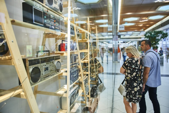 Boombox ? jak kiedyś słuchaliśmy muzyki? Sztuka, LIFESTYLE - W Porcie Łódź ruszyła wystawa poświęcona kultowym odtwarzaczom muzyki. Mowa o boomboxach, czyli przenośnym sprzęcie z dużymi głośnikami, na którym muzyka odtwarzana jest za pomocą kaset magnetofonowych.