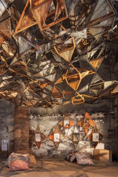 POEZJA SPLĄTANEJ ARCHITEKTURY NA BIENNALE W WENECJI Sztuka, LIFESTYLE - Miralles Tagliabue EMBT to studio architektoniczne, które na tegorocznym Biennale Architettura w Wenecji prezentuje niezwykłą instalację o nazwie ?Weaving architecture? (?Splątana architektura?).