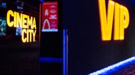 Coś więcej niż wizyta w kinie: Sale VIP we Wrocławiu Film, LIFESTYLE - Kino w wersji all inclusive? Gorące dania, przygotowywane na bieżąco przez włoskiego szefa kuchni, sałatki, desery, przekąski, napoje ciepłe i zimne bez ograniczeń? Oglądanie filmów w sali z w pełni regulowanymi fotelami.