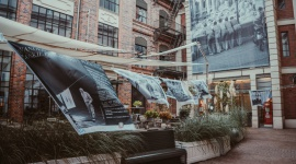 Włoskie Pranie na Placu Bankowym 1 Sztuka, LIFESTYLE - Zawieszone na sznurkach ubrania to nieodłączny element włoskiego krajobrazu. Odwiedź wystawę na Placu Bankowym 1 w dniach 23 września ? 7 października 2018 roku i przenieś się na włoską promenadę!