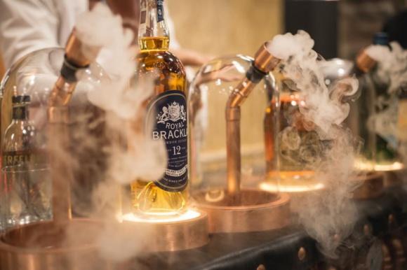 Warszawa w klimacie whisky i gin Hobby, LIFESTYLE - Już wkrótce święto wszystkich fanów whisky ponownie zagości w Centrum Praskim Koneser. Organizatorzy zbliżającego się Whisky Live Warsaw zapowiadają moc atrakcji oraz rozbudowany o segment ginów koncept festiwalowy.