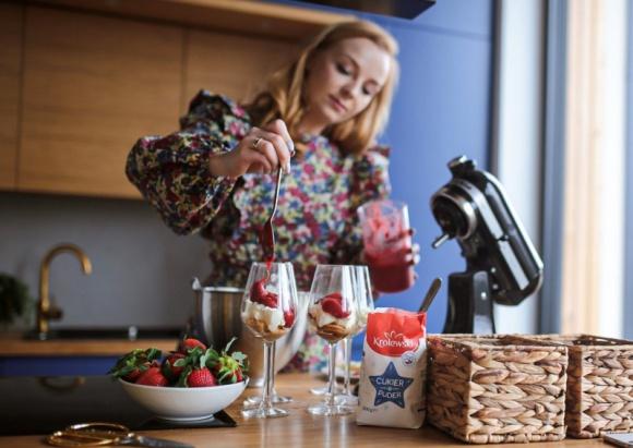 Gotuj na żywo z Olą Tatką! #królewskieiproste Hobby, LIFESTYLE - Gotowanie w domu stało się codziennością dla wielu osób. Z pomocą tym, którzy dopiero stawiają pierwsze kroki w kuchni, przychodzi Cukier Królewski. W każdy czwartek o godzinie 18:30 marka zaprasza na transmisje live na swoim Instagramie.