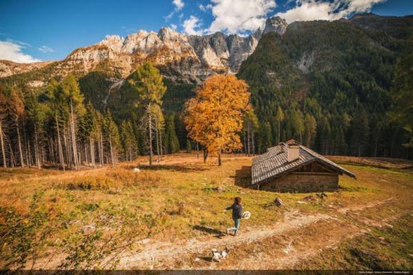 Jesień możliwości w trydenckich Dolomitach Hobby, LIFESTYLE - Jesień to idealny moment na połączenie aktywności pod gołym niebem z kosztowaniem regionalnych dań. We Trentino nie zabraknie okazji do podziwiania gór oraz odkrywania lokalnej kuchni dzięki wydłużonemu funkcjonowaniu schronisk i wyciągów oraz inicjatywie ?I Rifugi del Gusto?.