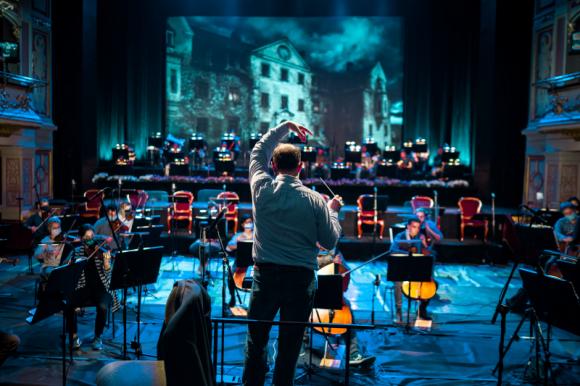 Rekordowa widownia spektakli online Opery Wrocławskiej Teatr, LIFESTYLE - Prawie 40 tysięcy widzów zgromadziły listopadowe spektakle transmitowane online przez Operę Wrocławską. Widzowie docenili najwyższą jakość muzyczną i wizualną oraz doskonale dobraną obsadę solistów ? gościnnych jak i rodzimych.